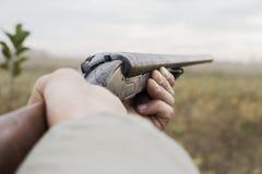 Hunter With Old Hunting Riffle die op Pray in het Hout wachten royalty-vrije stock foto's