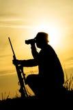 Hunter With Shotgun dans le coucher du soleil image libre de droits