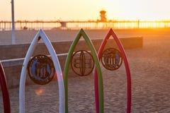 Huntington Beach, CA, Etats-Unis - 28 avril 2018 : La lumière du soleil filtre à l'aide des planches de surf célèbres de fer le l Images libres de droits
