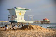 Huntington Beach, Californië/Verenigde Staten - Januari 26, 2015: Een badmeestertoren op een Californisch strand bij zonsondergan Royalty-vrije Stock Fotografie