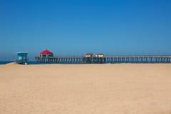 Huntington Beach Pier Surf City EUA com torre da salva-vidas foto de stock royalty free