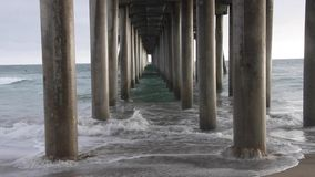 Huntington Beach Pier Underneath met Golven stock video