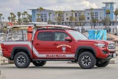 Huntington Beachpijler met een Badmeestervrachtwagen op bovenkant wordt geparkeerd die royalty-vrije stock foto's