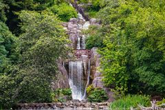 Huntington valt, een kunstmatige waterval die van de bovenkant van Aardbeiheuvel en in Stow meer, Golden Gatepark, San stromen stock fotografie