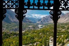 Hunza Nagar dalsikt från det Baltit fortet med en sikt av Karakoram bergskedja Baltistan Gilgit, Pakistan royaltyfri fotografi