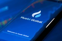 Huobi wiszącej ozdoby app Globalny bieg na smartphone obrazy stock