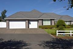 Huose com as portas brancas Oregon da garagem Fotos de Stock Royalty Free