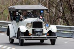 Hupmobile 1926 conduisant sur la route de campagne Images libres de droits
