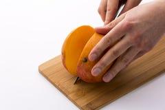 Hur bästa att klippa en mango? Royaltyfri Foto