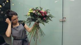 Hur band man skapar en blandad blommahand orubbligt med rosbuketten arkivfilmer