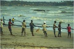 Hur familjer samarbetar med fiske i Axim Ghana royaltyfria foton