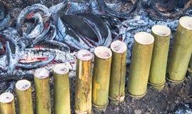 Hur gör limaktiga ris som grillas i bambuskarvar, Arkivbilder