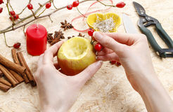 Hur man gör äpplestearinljushållare för jul Royaltyfri Foto