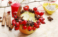 Hur man gör äpplestearinljushållare för jul Fotografering för Bildbyråer