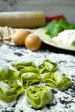 Hur man gör grön spenat- och vitricottaost traditionellt I arkivbilder