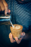 Hur man gör kaffelattekonst vid barista i tappningfärgsignal Arkivfoto