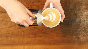 Hur man gör lattekonst vid baristafokusen in att mjölka och kaffe Royaltyfria Foton