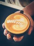 Hur man gör lattekonstkaffe Arkivbilder
