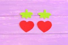 Hur man räcker sy barn leksakjordgubben moment tutorial Delsnitt från röd och grön filt i formen av jordgubbar Arkivfoton