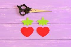 Hur man räcker sy barn leksakjordgubben moment tutorial Delsnitt från röd och grön filt i formen av jordgubbar Royaltyfria Bilder