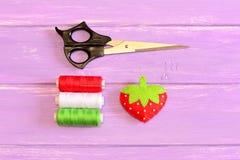 Hur man räcker sy barn leksakjordgubben moment tutorial Mjuk leksakjordgubbe för barn som sys från filt Royaltyfri Bild