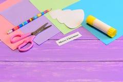 Hur man skapar den enkla julkortet tillverkar för ungar tutorial Kulöra pappersstycken, sax, blyertspenna, julgranmodell Royaltyfri Fotografi