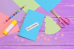 Hur man skapar den enkla julkortet tillverkar för ungar tutorial Kulöra pappersstycken, sax, blyertspenna, trädmodell, limpinne Royaltyfria Foton