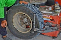 Hur man tar gummihjulet av kanten av medlet Royaltyfri Bild