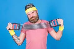 Hur riktig v?g f?r bruksutrustning ?va med expanderutrustning Begrepp f?r sportutrustning F?rb?ttra din kropp uppn?r arkivbild
