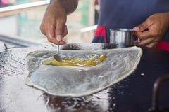 Hur roti med ägget i varm panna Royaltyfria Foton