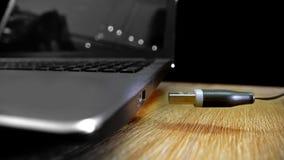 Hur till USB drevproppen som flyger till hålighetstålar Royaltyfri Foto