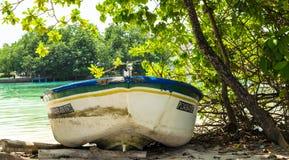 Huraa,马尔代夫- 2017年11月19日:在一个热带海岛的岸的一个老渔船 免版税库存图片