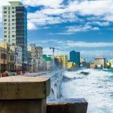Huracán en La Habana con las ondas grandes del mar Foto de archivo libre de regalías