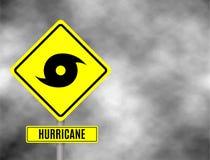 Huragan znaka droga Żółty zagrożenie znak ostrzegawczy przeciw popielatemu niebu - tornada ostrzeżenie, złej pogody ostrzeżenie,  obrazy stock