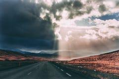 Huraganowego burzy pogody zmroku popielata chmura zamienia słońce racy promienie na drodze obrazy stock