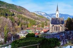Hurch do  da paróquia Ñ de Santa Paul e do cemitério na vila alpina fotos de stock