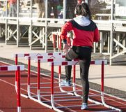 Hurdler que faz brocas do obstáculo antes de uma raça foto de stock royalty free