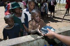 Huérfanos que reciben el almuerzo Imágenes de archivo libres de regalías