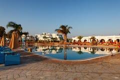 Hurgada,埃及- 2014年8月14日, :在一个热带海滩的水池-假期背景 库存照片