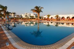Hurgada,埃及- 2014年8月14日, :在一个热带海滩的水池-假期背景 免版税库存照片