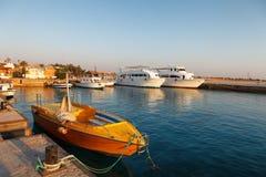 Hurgada,埃及- 2014年8月14日, :美丽的热带海滩在埃及停放了在旅馆的海军陆战队员的小船 图库摄影