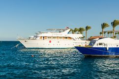 Hurgada, Ägypten - 21. Januar 2017: Weiße Yacht am Pier im Roten Meer Lizenzfreie Stockfotografie