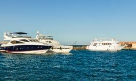 Hurgada, Egitto - 21 gennaio 2017: Yacht bianchi al mare del pilastro in rosso Fotografie Stock Libere da Diritti