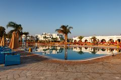Hurgada, Egypte - 14 août 2014 : Piscine sur une plage tropicale - fond de vacances Photo stock