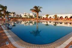 Hurgada, Egypte - 14 août 2014 : Piscine sur une plage tropicale - fond de vacances Photos libres de droits