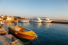 Hurgada, Egypte - 14 Augustus, 2014: Mooie tropische strand geparkeerde boten in marine van het hotel in Egypte Stock Fotografie