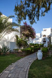 Hurgada, Egypte - 11 Augustus 2014: wit de ingangsgebied van het muurhotel met weg, palmen in de idyllische groene tuin Royalty-vrije Stock Foto