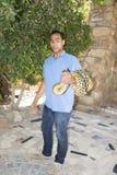 HURGADA, EGYPTE - 23 JUIN 2015 : Le pithon repéré est pris par un homme de la rue Sécurité des reptiles Photo libre de droits