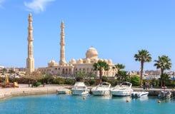 HURGHADA, ÄGYPTEN, AM 23. APRIL 2014: Moscheen-EL Mina Masjid in Hurghada am sonnigen Tag, Ansicht vom Meer Lizenzfreie Stockfotografie