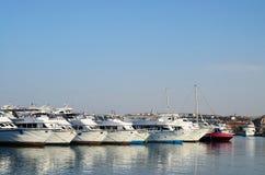 Hurghada, Ägypten, am 21. Juli 2014 Boote im Hafen nahe bei dem Fischmarkt und der zentralen Moschee von Hurghada Stockfotografie